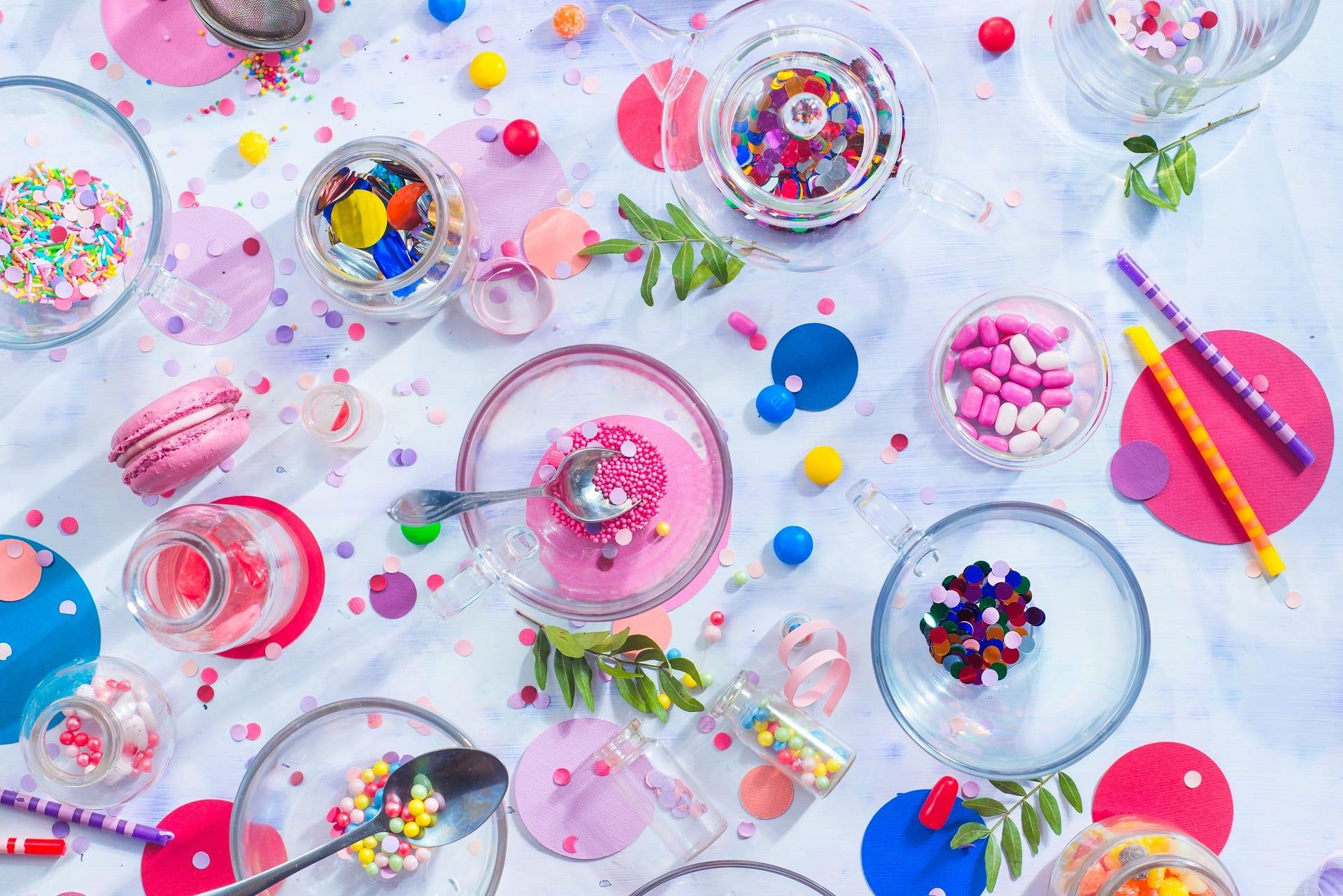 sprinkles confetti candies macaroons and birthday RGZQEXB - Feest